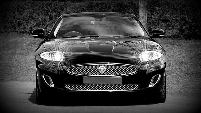 černé aut, rozsvícená světla