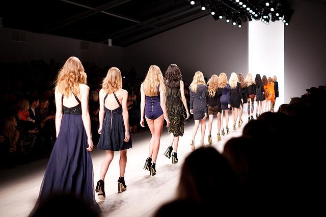 šaty na módní přehlídce