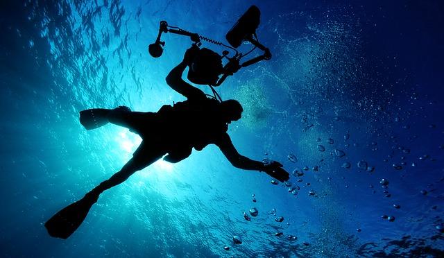 potápěč s kamerou