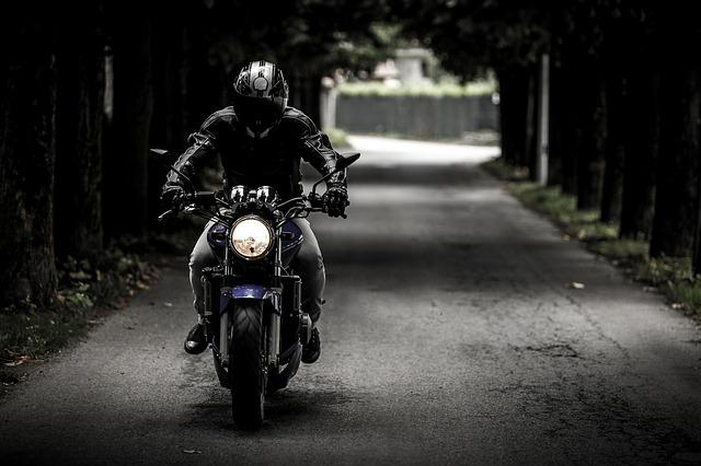 motorkář na cestě