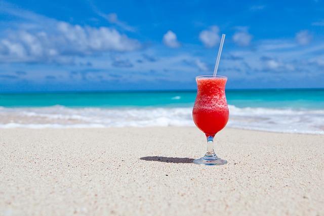 nápoj u moře