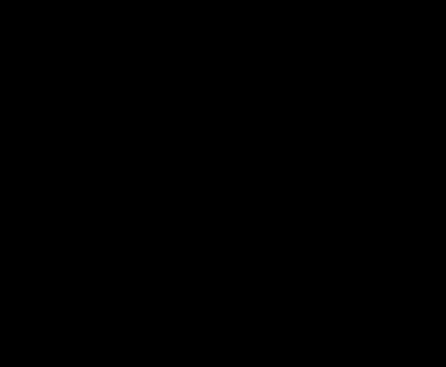 silueta lidí skákajících na čtvercové trampolíně