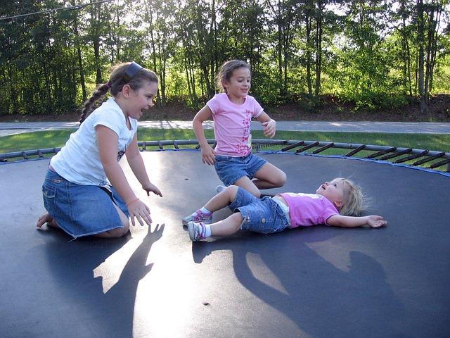 děti hrající si na klasické trampolíně